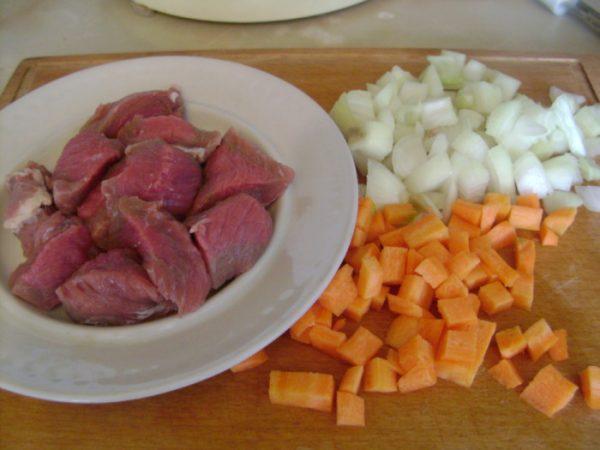 Мясо и овощи для жаркого в горшочках