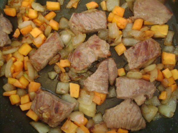 Обжаренные овощи и мясо в сковороде
