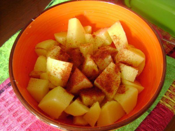 Нарезанный кубиками сырой картофель с сушёной паприкой в миске