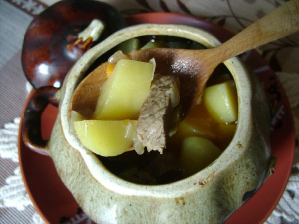 Мясо с картофелем в керамическом горшочке