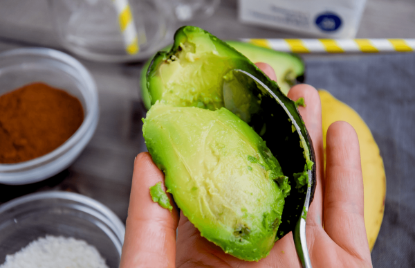 Авокадо извлекают из кожуры