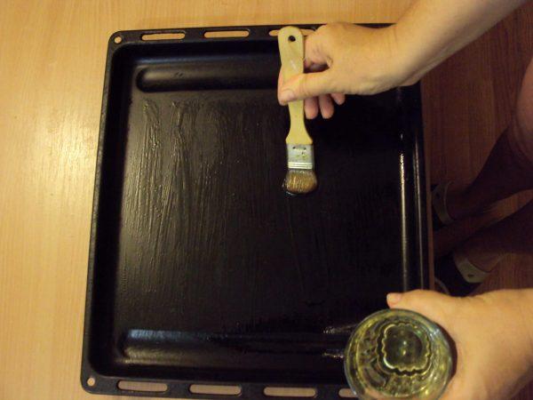 Смазывание противня маслом