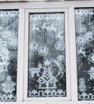 Окно с декором в верхней части