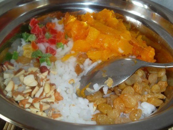 Отварной рис, измельчённые орехи, кусочки тыквенной мякоти, изюм и цукаты в металлической ёмкости