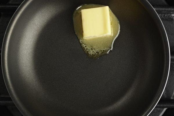 Подтаявшее сливочное масло на сковороде