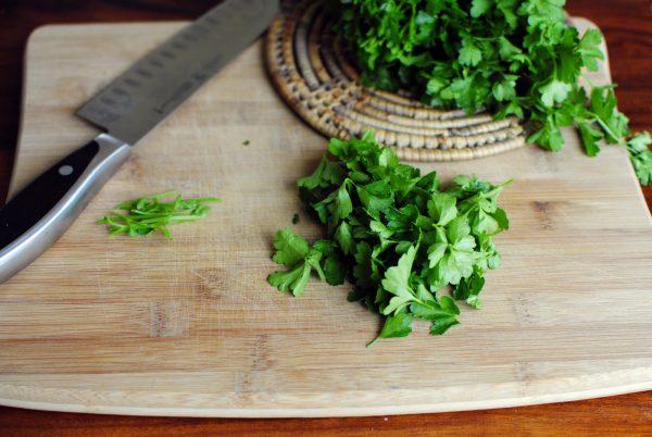 Измельчённая зелень петрушки