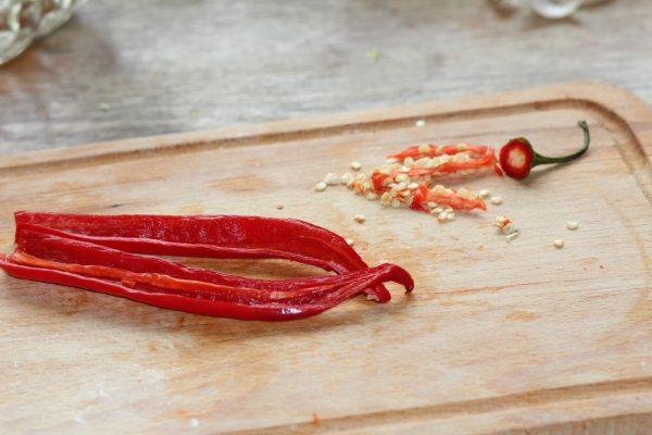 Разрезанный острый перец и семена