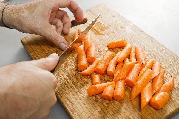 Морковь нарезают крупными кусками