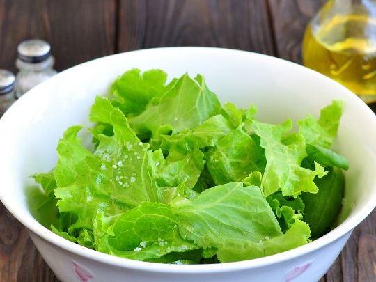Листья салата в глубокой миске