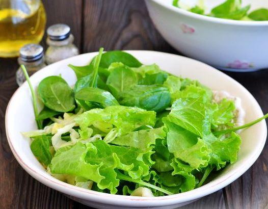 Салатные листья в большой тарелке