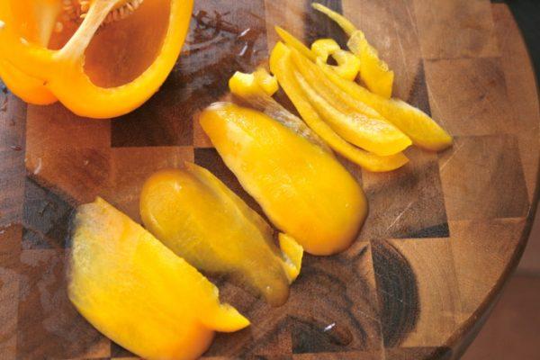 Нарезанный соломкой жёлтый сладкий перец