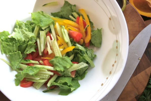 Нарезанные овощи для салата с тунцом в миске