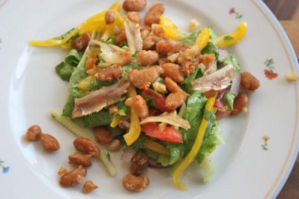 Салат из свежих овощей с фасолью и анчоусами
