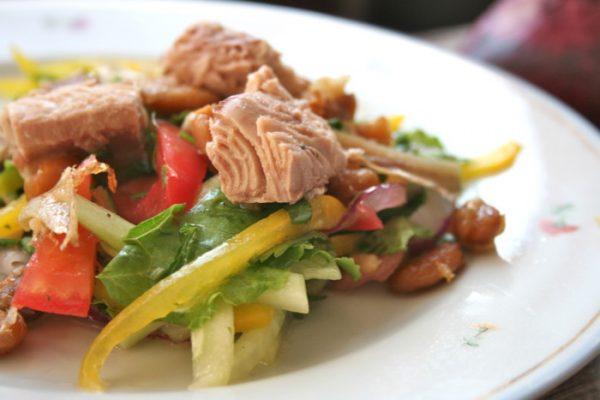 Овощной салат с фасолью и консервированным тунцом