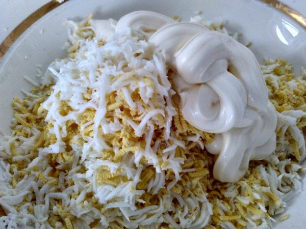 Измельчённые продукты для «Еврейского салата» с майонезом в миске