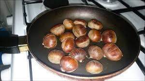 Как жарят каштаны на сковороде
