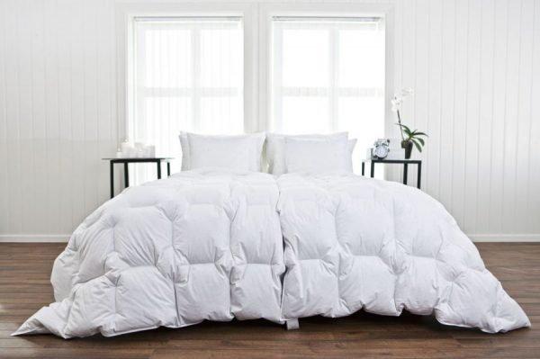 Пуховое одеяло на кровати