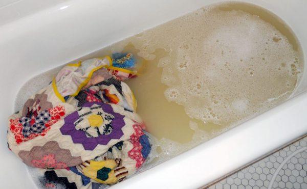 Одеяло стирают в ванне