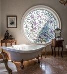 Витраж в окне ванной