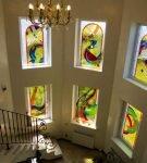 Окна лестничной площадки с витражами