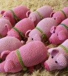 Стадо вязанных свинок