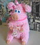 Розовая свинка из плюша