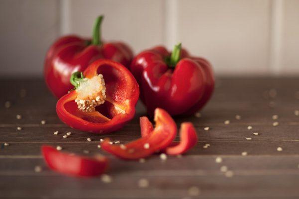 Разрезанный пополам болгарский перец