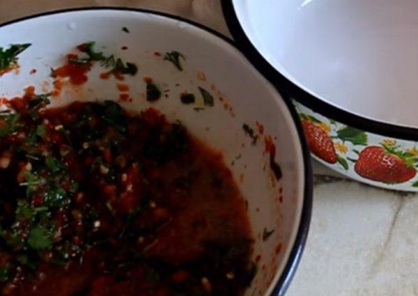 Миска с маринадом из перцев и зелени