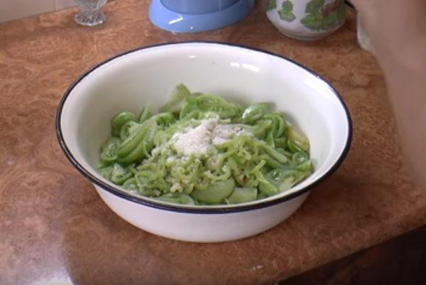 Зелёные помидоры с перцем и специями в миске