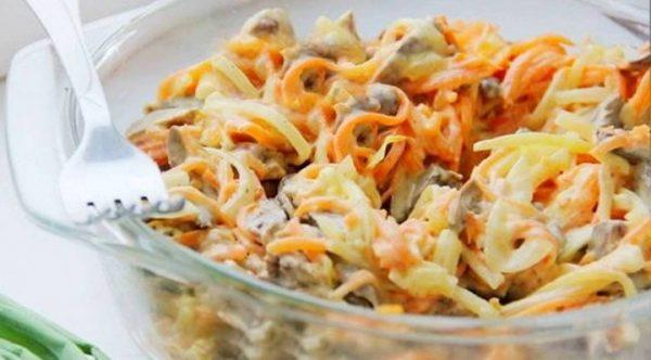 Салат из отварного мяса, моркови. репчатого лука и солёных огурцов в стеклянной ёмкости