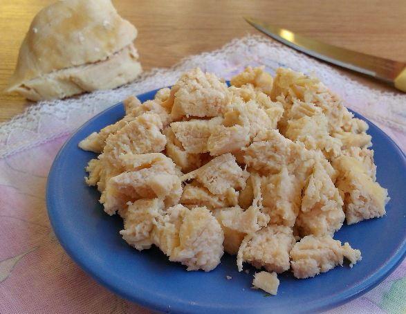 Нарезанное кубиками отварное куриное филе на голубой тарелке