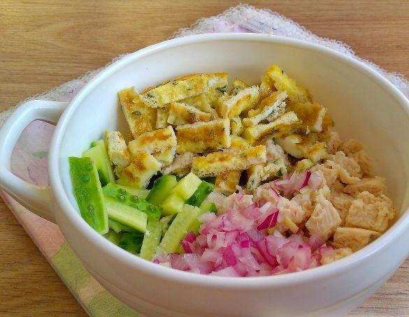 Нарезанные продукты для салата «Нежность» в белой миске