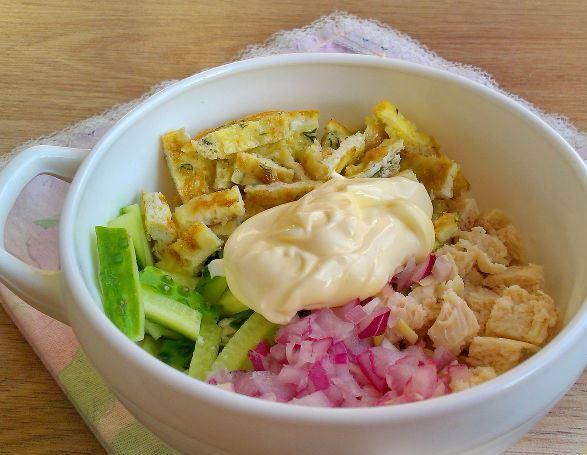 Ингредиенты для салата «Нежность» с майонезом в белой миске