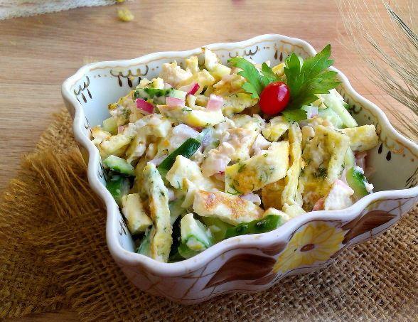 Салат «Нежность» в квадратном салатнике на столе