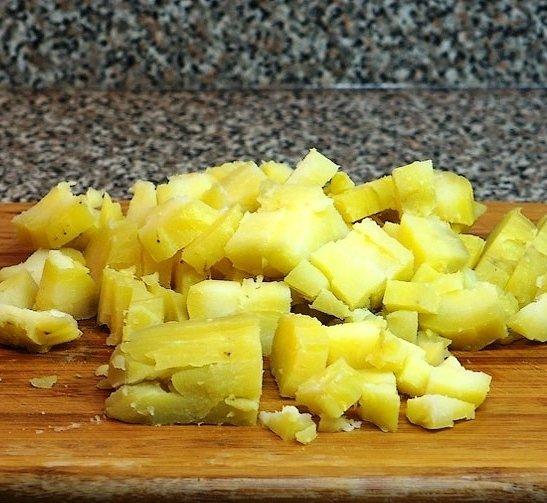 Нарезанный кубиками отварной картофель