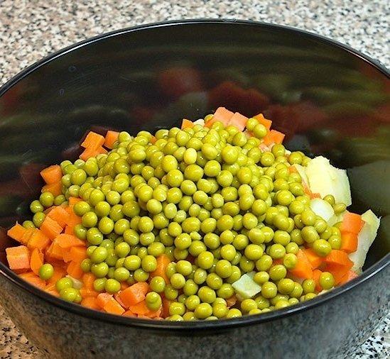 Подготовленные ингредиенты для салата «Зимний» в большой ёмкости