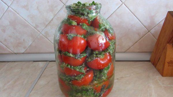 Банка, наполненная помидорами и зелёным маринадом