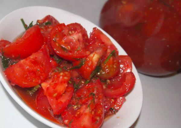 Тарелка с помидорами-по корейски на зиму