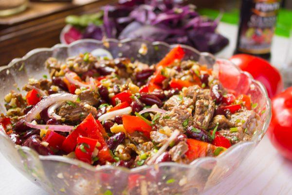 Салат «Тбилиси» в стеклянном салатнике на столе