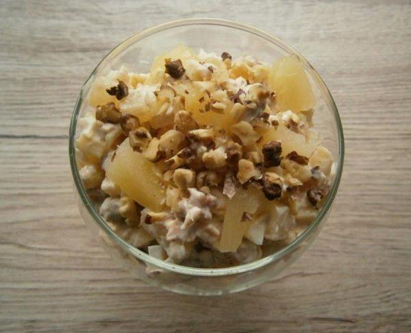 Салат «Дамский каприз» с грецкими орехами в креманке