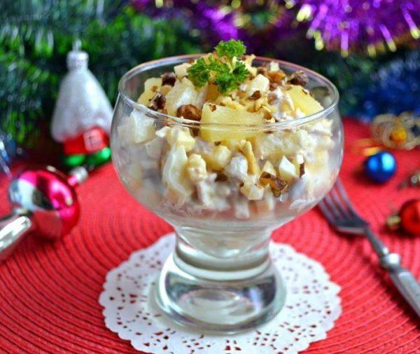 Салат «Дамский каприз» с веточкой свежей петрушки