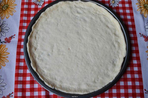 Лепёшка из кефирного теста на противне для пиццы