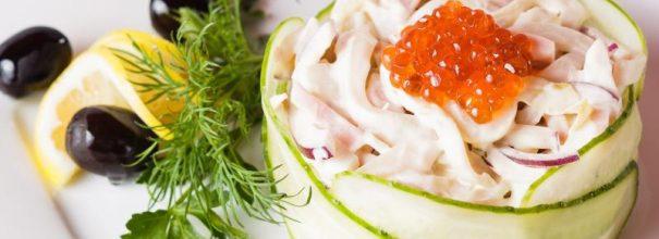 Восхитительный салат с кальмарами обрадует каждого любителя аппетитных морских даров