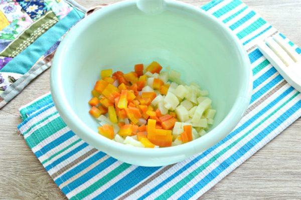 Нарезанные кубиками картофель и морковь в пластмассовой ёмкости