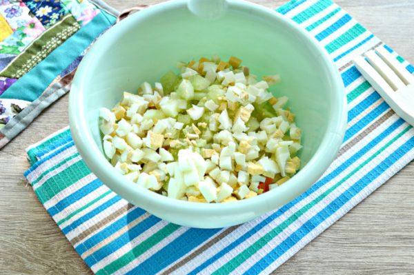 Нарезанные кубиками варёные яйца, свежий огурец и варёные овощи в миске