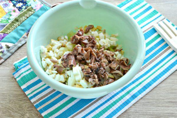 Измельчённые ингредиенты для овощного салата с кальмарами в миске