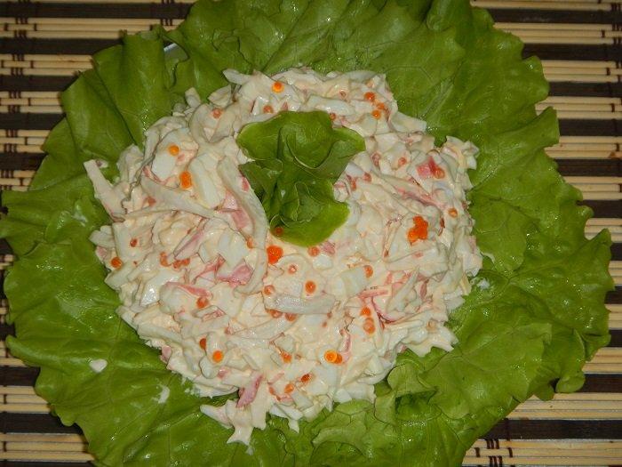 хорошо уменьшают салат кальмары с икрой фото первое