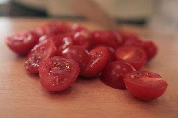Разрезанные на половинки помидоры черри
