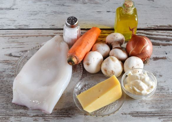 Ингредиенты салата с кальмарами, грибами и морковью