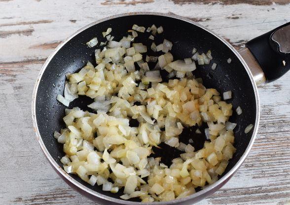 Обжаренный репчатый лук в сковородке